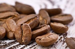 Kaffeebohnen_auf_Holz