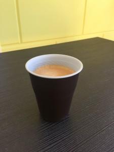 Kaffeegenuss im Plastikbecher vom Kaffeeautomat.